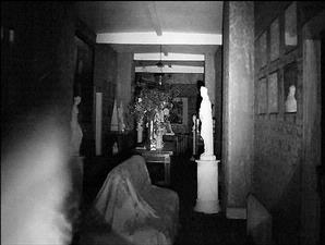 Gambar (pojok kiri) yang diyakini roh halus dari seorang bocah terekam dalam hasil jepretan kamera yang menggunakan perangkat elektronik ciptaan Paul Rowland