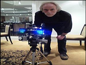 Paul Rowland berpose bersama perangkat elektronik yang dikembangkannya