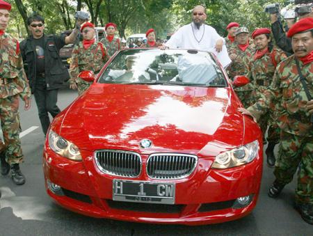 Syekh Puji & BMW dengan Plat Nomor Unik