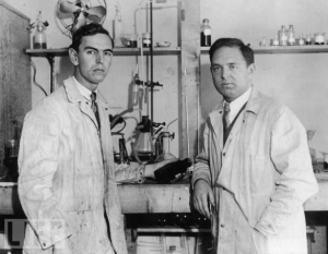 American inventors Leopold Godowsky Jr. (1900 - 1983) and Leopold Damrosch Mannes (1899 - 1964), who invented the slide film Kodachrome together, in a laboratory in Rochester, New York, circa 1935. (sumber : http://www.life.com/image/83912752 )
