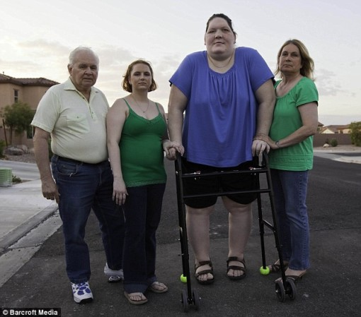Living tall: Tanya Angus towers over her mother, sister and stepfather thanks to a rare growth condition (dailymail)