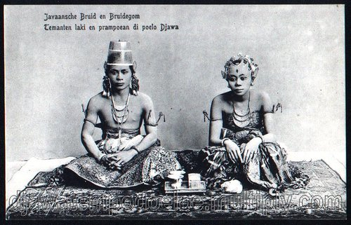 "Pasangan pengantin Jawa ±1900  Kartu pos yang diterbitkan oleh toko barang kesenian J. Sigrist dari Jocja ini berjudul: ""Javaansche Bruid en Bruidegom – Temanten laki en prampoean di poelo Djawa"". Gambar memperlihatkan pasangan pengantin dari kraton Jogjakarta yang berpose untuk fotografer sedang duduk bersila di karpet. Tidak diketahui pengantin namanya siapa dan tidak diketahui siapa fotografer.  Pasangan ningrat ini memakai baju pernikahan khas keraton Jogjakarta. Dua-duanya memakai gelang emas berkepala naga di lengannya. Hiasan yang dipakai pada dadanya adalah kalung dengan 3 benda emas yang disebut tanggalan. Mereka memakai perhiasan telinga yang disebut sumping. Sumping tersebut berbentuk seperti gambar sayap dan berbahan kulit yang dicat dengan warna keemasan. Topi yang dipakai sama pengantin pria yang mirip pot bunga disebut kuluk. Kuluk ini berbahan kaca. Corak batik yang dipakai sungguh unik juga. Pengantin wanita berbaju dodotan (pakaian adat Jawa dari kain batik atau cindai panjang dan lebar) dan gelung bokornya sebagai motif hiasan kepala, dengan hiasan kepala khusus yang berjumbai bulu burung kasuari, gelung berhiaskan bunga dan jebehan. Berarti bunga ada di kepala wanita sedangkan pot bunga ada di kepala pria."