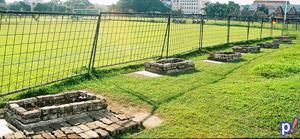 Kuburan di sekitar lapangan karebosi