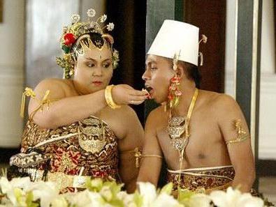 "2008: Gusti Kanjeng Ratu Maduretno & Kanjeng Raden Tumenggung Purbodiningrat (GKRM adalah putri no 3 dari sultan HB X sedangkan KRTP adalah ""rakyat biasa"")"