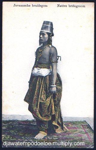 "Pengantin Pria 1923  Pada 1923 penerbit kartupos memakai foto yang sudah tua waktu itu. Mungkin fotonya berasal dari tahun 1870-an. Sisi alamat punya cerita dalam bahasa perancis. Bahasa Indonesianya: ""Arthur yang tersayang. Tuan ini yang pakai pot bunga di kepalanya mendatang untuk menyampaikan persahabatan saya dan bilang bahwa saya sangat menikmati tempat ini. Kamu lihat saya tidak lupa sama kamu. Bertha.""  Topi yang dipakai sama pengantin ini mirip pot bunga. Itu topi khas Yogyakarta, disebutnya kuluk. Mungkin sekali inilah seorang kraton dari Yogyakarta. Corak batik yang dipakai sungguh unik juga. Gelang emas yang dipakai di lengan berkepala naga."