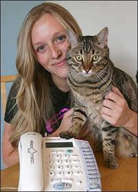 http://tidakmenarik.files.wordpress.com/2009/08/kucing-telpon-1.jpg?w=200&h=279