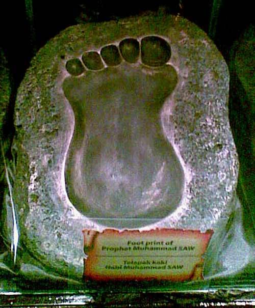 Telapak kaki Nabi Muhammad SAW. Koleksi yang dipamerkan dalam acara ini beberapa di antaranya bukanlah barang asli, melainkan hanya replika.