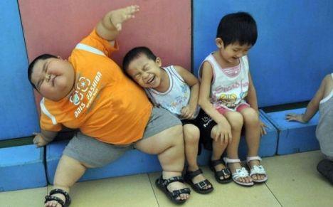 Xiao Hao baru berumur tiga tahun, tapi beratnya 60 kilogram - bahkan sofa tampaknya terlalu sempit untuk dia.